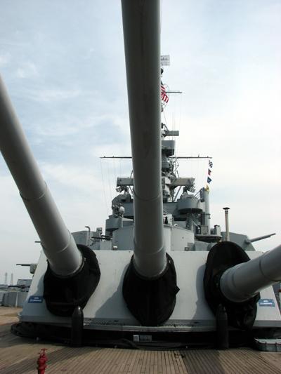 uss-massachusetts-under-main-guns