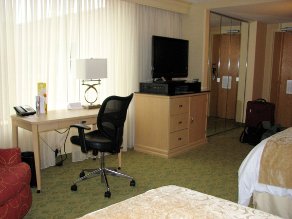 kingsgate-marriott-conference-center-at-the-university-of-cincinnati-desk-and-tv