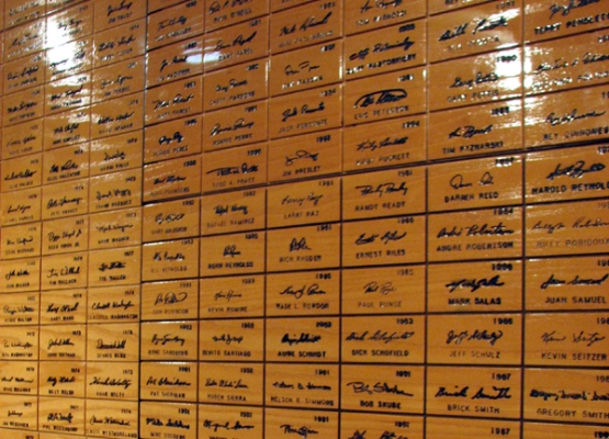 louisville-slugger-museum-signature-wall