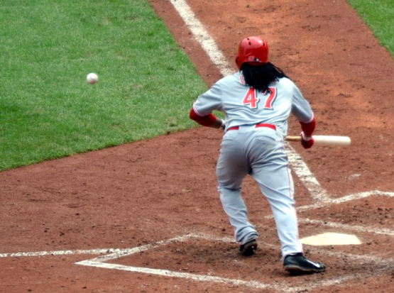 cincinnati-reds-johnny-cueto-bunt