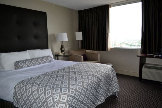 crowne-plaza-syracuse-bed