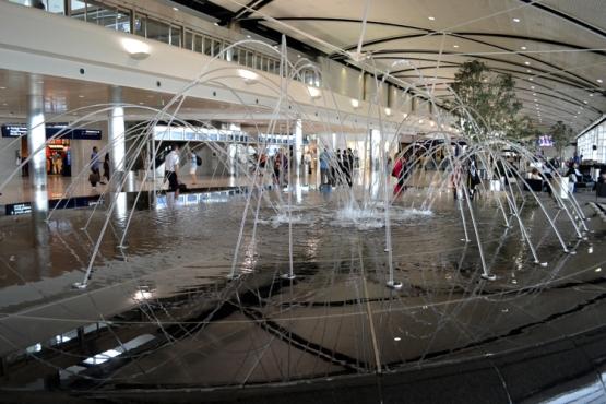 detroit-airport-fountain